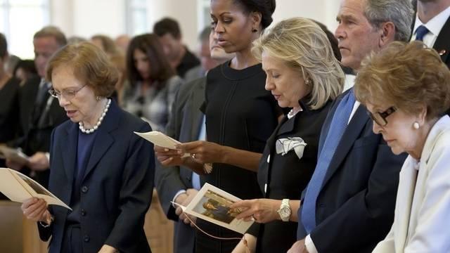 Neben Michelle Obama (2. v. l.) und George W. Bush (2. v. r.) nahmen mehrere Ex-First-Ladies an der Trauerfeier teil