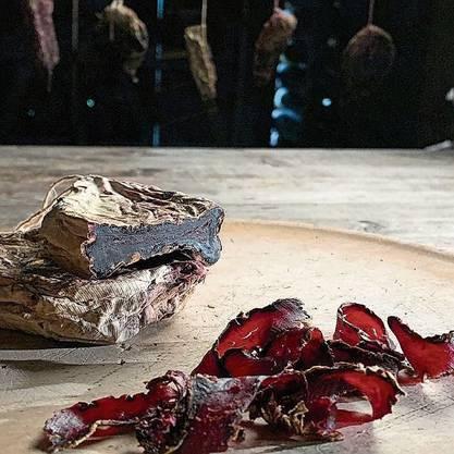 Sieht aus wie Fleisch, schmeckt auch ein bisschen so, es sind aber Randen, fermentiert und getrocknet.