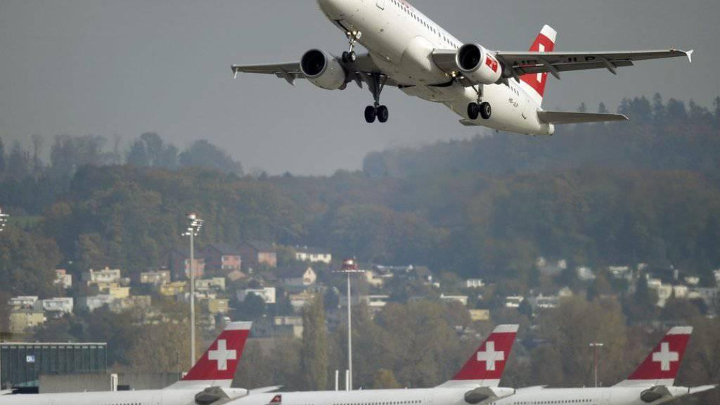 Start einer Swiss-Maschine vom Flughafen Zürich. Treibstoff macht derzeit weniger als ein Fünftel der gesamten Kosten bei den Fluggesellschaften aus. 2012/2013 war es noch etwa ein Drittel. (Archiv)