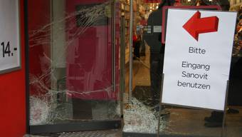 An der Glastüre entstand ein Sachschaden von mehreren tausend Franken.