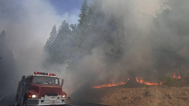 Feuerfront in der Nähe des Yosemite-Nationalparks