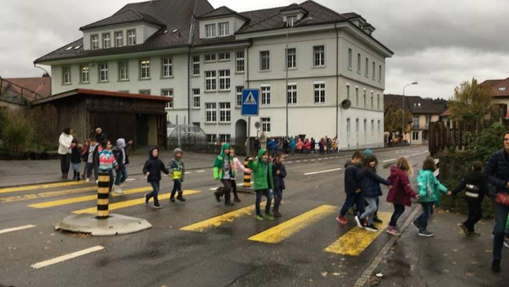Schüler verlassen geordnet das Schulhaus Oberdorf.