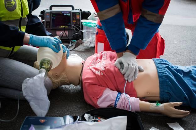 Nach dem Eintreffen der Rettungskräfte helfen die First Responder weiterhin mit.