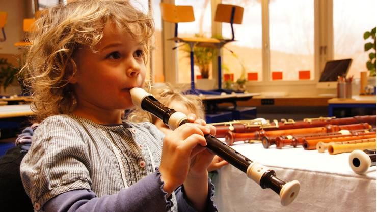 Die kleine Lisa spielt zum ersten Mal Flöte.