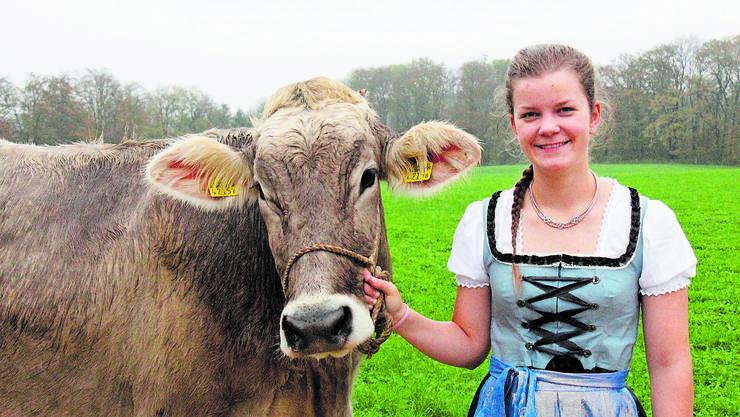 Larissa Gut mit dem Rind Fabienne, das gerne im Mittelpunkt steht.