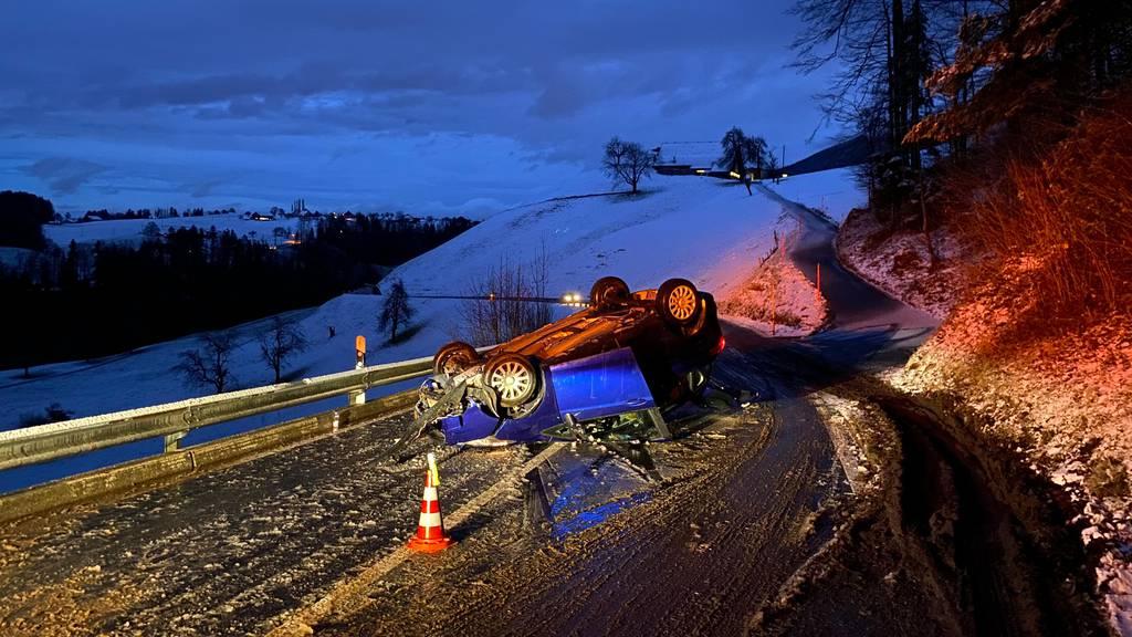 Auto landet bei Selbstunfall auf dem Dach