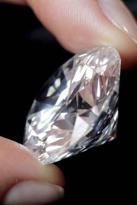 Sothebys präsentiert den grössten - Cut D - farblosen Diamanten im Jahr 2007. Geschätzter Wert damals: 15 - 16 Millionen US$. Gewicht: 84.370 Carat.