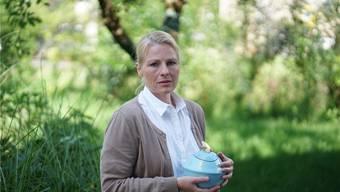 Eva Finkam mit einer Urne, die sie selbst entworfen hat. Es ist auch schon vorgekommen, dass ein Kind bei der Gestaltung noch Wünsche angebracht hat.
