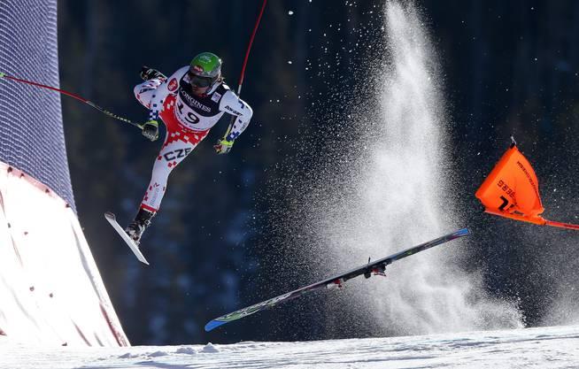 Kategorie Sport/Christian Walgram (A): Das Bild zeigt Skirennfahrer Andrej Bank im Moment seines Crashes bei der Abfahrt in Beaver Creek.