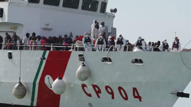 Ein Schiff der italienischen Küstenwache mit Flüchtlingen (Archiv)