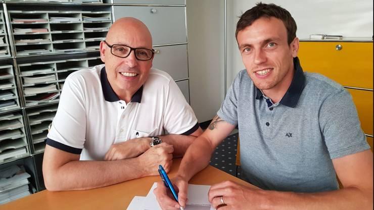 Geoffrey Tréand (rechts) bei der Vertragsunterzeichnung im Juni.