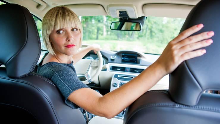 Eine britische Erhebung zeigte: Frauen parkieren besser ein als Männer. (Symbolbild)