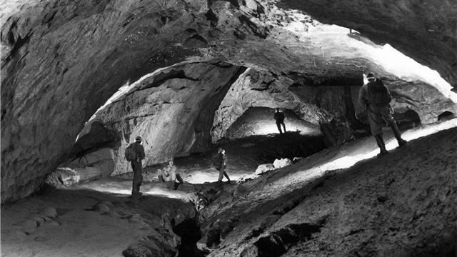 Verstecken kann man sich auch in der Schweiz. Etwa bei einer mehrtägigen Tour durchs Hölloch im Muotathal – dem grössten Tunnelsystem der Schweiz. Und die Wege tief unter Erde sind ähnlich unergründlich wie jene der US-Justizbehörde.