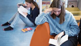 Lesen gehört nicht zu den Stärken der Schweizer Jugend – wobei die Mädchen besser abschneiden als ihre männlichen Altersgenossen.
