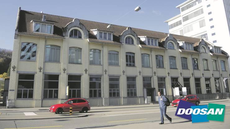 Das Logo und der Firmensitz von Doosan an der Bruggerstrasse in Baden. AF./Montage AZ