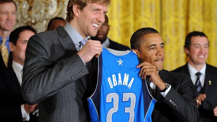 Der ehemalige deutsche Basketballprofi Dirk Nowitzki (links) zeigt ein Herz für die Opfer des Coronavirus.  Hier im Bild mit dem früheren US-Präsidenten Barack Obama. (Archivbild)