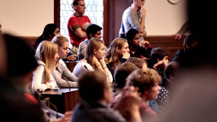 Aufmerksam lauschen diese Jugendliche der Rede von Esther Gassler