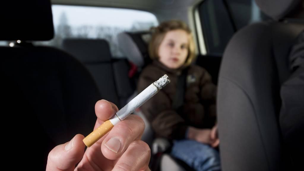 Ab dem 1. Juni wird das Rauchen in Autos wenn Kinder oder Jugendliche dabei sind gestraft.
