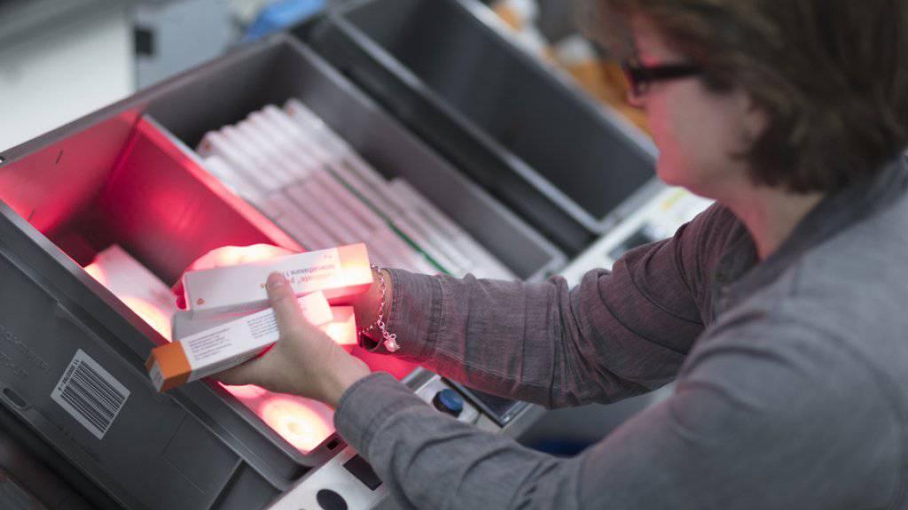 Eine Angestellte bereitet Medikamente für den Versand vor im Logistikzentrum von Zur Rose in Frauenfeld. (Archiv)