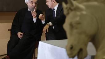 Irans Präsident Ruhani (l) und Italiens Regierungschef Renzi im Gespräch