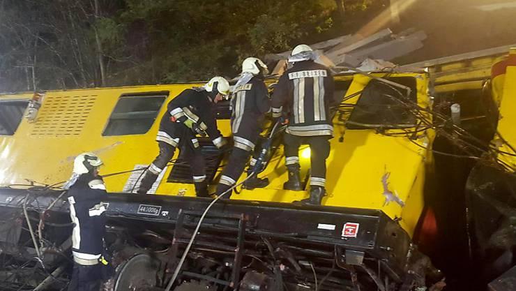 Rettungskräfte beim verunglückten Bauzug.
