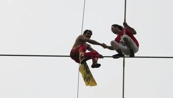 Am Hochseillauf rettet Freddy Nock (rechts) einen chinesischen Teilnehmer: «Darauf bin ich am meisten stolz.»
