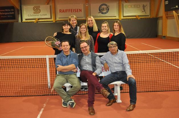 Der neue und verjüngte Vorstand des TC Möhlin mit der Präsidentin Laura Cangeri (mit Racket)