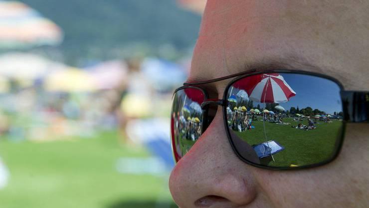 Mit einer Sonnenbrille können auch dunkle Augenringe kaschiert werden.