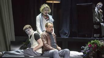 In den Fängen des Wahnsinns: Patient Caplaun (Tobias Graupner, links) und Wachtmeister Studer (Hans Jürg Müller) auf dem Sofa des Seelenarztes Ernst Laduner (Marcus Schäfer, hinten). Frau Laduner (Birgit Bücker) singt für die Patienten.