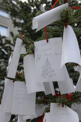 Der Weihnachtswunschbaum am Rümelinsplatz wurde eifrig genutzt.