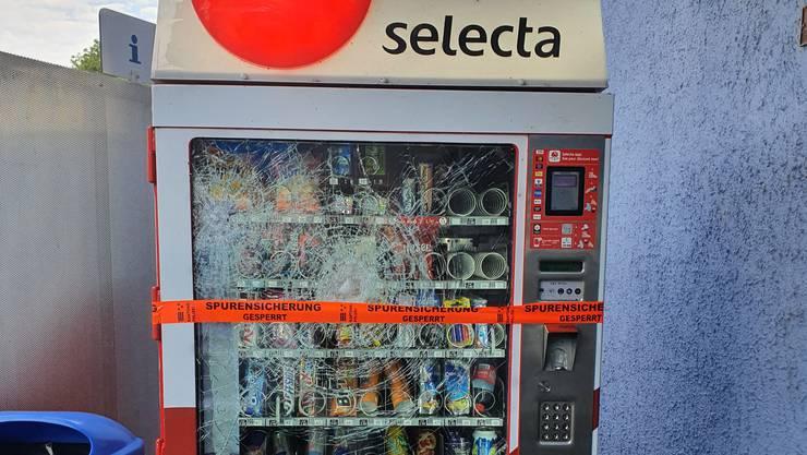 Die eingeschlagene Front des Dottiker Automaten.
