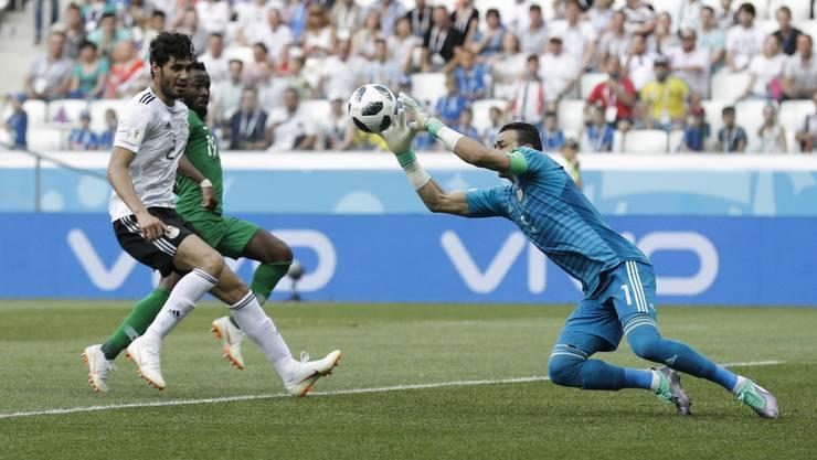 Ägyptens Torhüter Essam El Hadary fängt den Ball sicher. Verfolgt von heraneilenden Spielern.