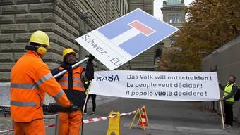 Der Bund lehnt die RASA-Initiative ab. Er will jedoch einen Gegenvorschlag ausarbeiten, falls dem Parlament keine verfassungskonforme Umsetzung der Masseneinwanderungsinitiative gelingt. (Archivbild)