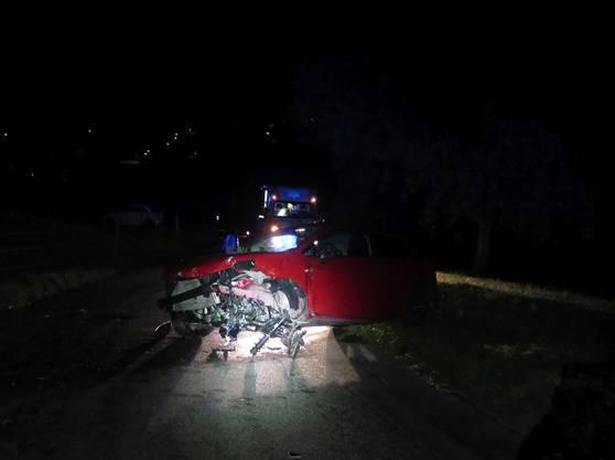 Der Fahrer verlor in einer Kurve die Herrschaft über sein Fahrzeug. In der Folge kam der Personenwagen von der Strasse ab und kollidierte mit einer Betonmauer.
