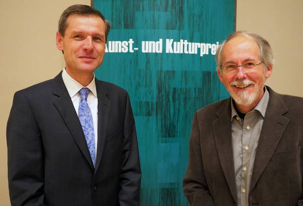 Peter Jeker (Langendorf, rechts) wurde für seine jahrzehntelange Kulturvermittlung mit dem Kunstpreis 2013 ausgezeichnet; Philipp Abegg (Bern) erhielt für seinen Einsatz zum Erhalt der Bally-Industriegeschichte in der Region Schönenwerd den Anerkennungspreis des Regierungsrats.
