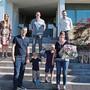 Philipp und Isabelle Koller (vorne) und ihre beiden Söhne wurden von der Gemeinde feierlich empfangen.