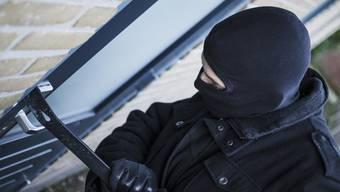 Bei einer Hausdurchsuchung wurden bei dem Verdächtigen ein Glasschneider und Schlüsselrohlinge gefunden. (Symbolbild)
