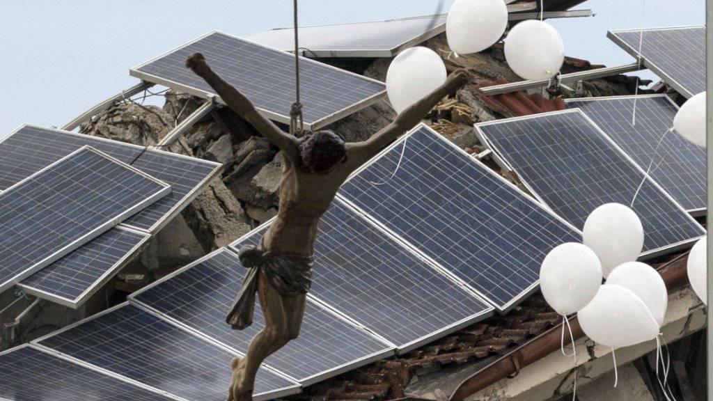 Weisse Luftballone zum Abschied: In der vom Erdbeben zerstörten italienischen Stadt Amatrice gedenken Angehörige der Opfer.