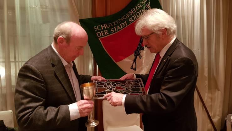 Präsident Peter Wagner überreicht Hugo Gfeller die von Peter Travaglini gestaltete Ehrenmitglieder-Wappenscheibe