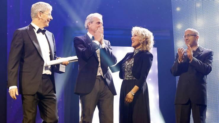 NAB-CEO Roland Herrmann überreicht Wopmann den Award. Finalistin Rosmarie Hochuli gratuliert.