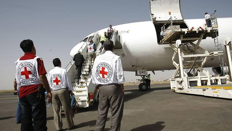 Ein Hilfsflug des Internationalen Komitees für das Rote Kreuz wird auf dem Flughafen der Hauptstadt Sanaa entladen. (Archivbild)
