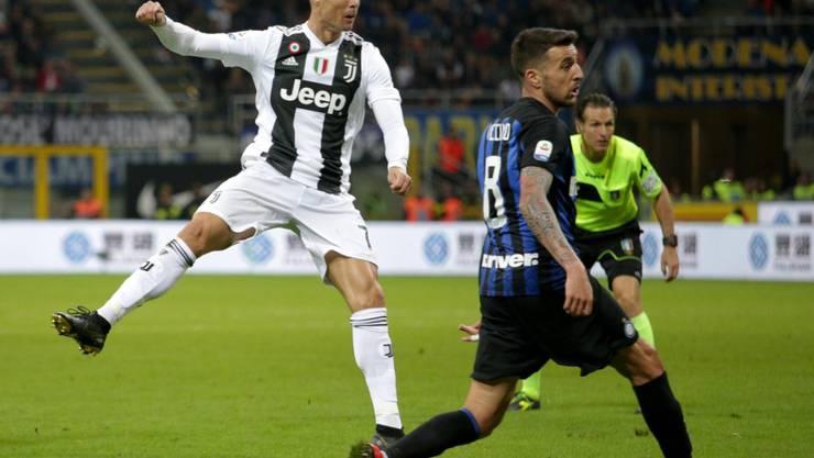 Cristiano Ronaldo sieht, wie sein Schuss zum 1:1 ins Tor findet