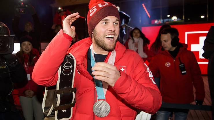 Der Schweizer Skicrosser Marc Bischofberger feiert seine Silbermedaille