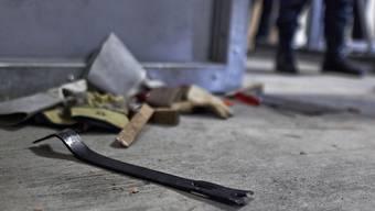Ein Brecheisen liegt auf dem Boden - die Spur eines Einbruchs: 2019 sind in der Schweiz rund 36'400 Einbrüche von der Polizei registriert worden. Das sind 6,3 Prozent weniger als noch im Vorjahr. (Symbolbild)