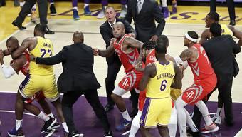 Eine Schlägerei kurz vor Spielende entschied die Partie zwischen den Los Angeles Lakers und den Houston Rockets