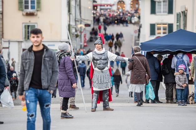 Die Römer schauen, dass niemand in die Stadt kommt, ohne sich zu registrieren.