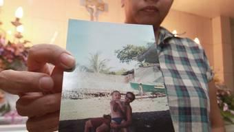 Die Schwester von Kirk Abella mit einem Foto ihres Bruders