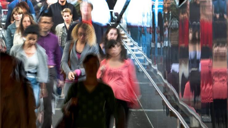 Alltägliche Pendlerströme an Schweizer Bahnhöfen – vorerst will der Bundesrat die Zuwanderung drosseln.