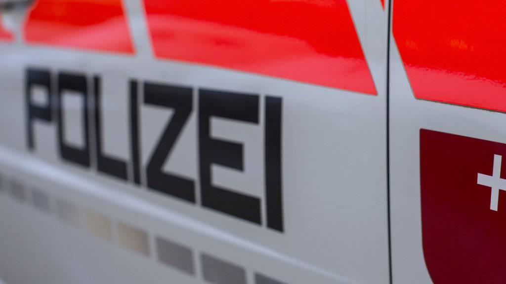 In der Nacht auf Dienstag rückte die Kantonspolizei Schwyz mit einem Grossaufgebot aus. In Lachen hatte ein 49-jähriger Mann mutmasslich Schüsse aus einem Wohnhaus abgegeben. (Archivbild)