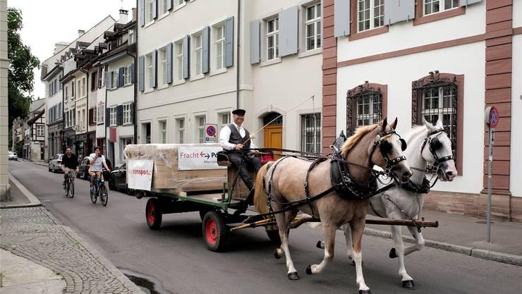 Fahren wie vor 150 Jahren: Der Spezial-Transport auf der Hauptstrasse in Birsfelden (links) und in der St. Alban-Vorstadt.